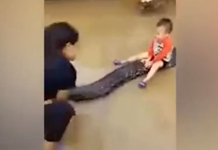 En el video, el menor aparece sentado sobre el enorme reptil. (Foto: Captura)