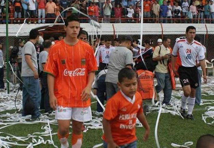 James Rodríguez con el uniforme de El Envigado, club que lo vio despegar profesionalmente y que ahora al parecer está involucrado en cuestiones de narcotráfico. (pasefinal.com)