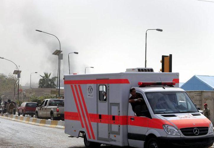 Una ambulancia pasa junto al lugar donde se produjo un atentado en el centro de Bagdad, Irak. (Archivo/EFE)