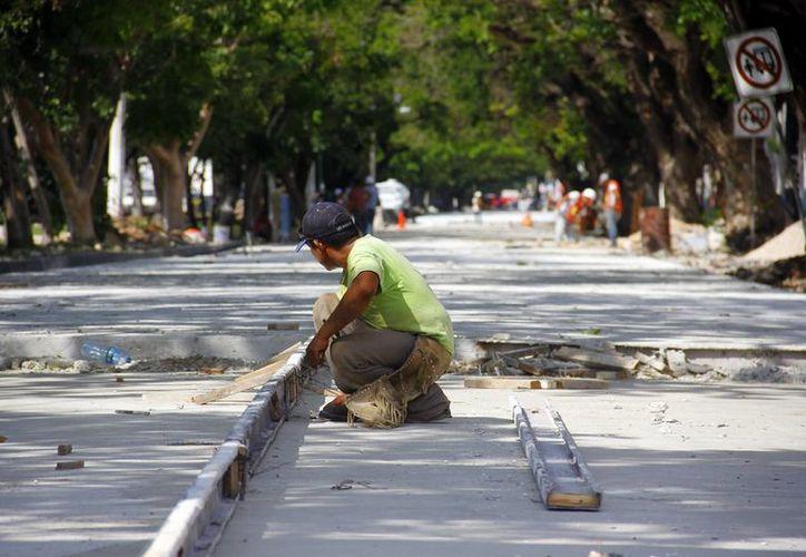 En las obras de la calle 60 norte se aplica concreto hidráulico. (Milenio Novedades)