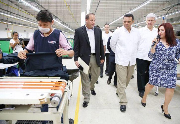 Según Jeff Thurman (de saco), Yucatán es una de las 3 plantas de la empresa con mayor crecimiento en el territorio mexicano. (Cortesía)
