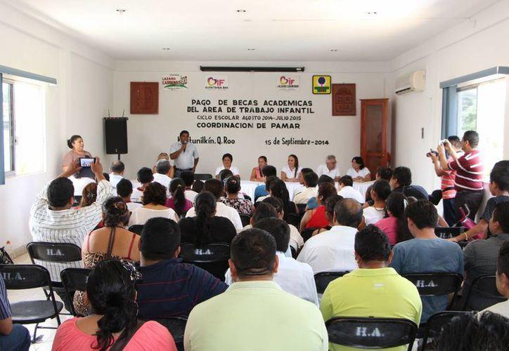 El pago se realizó en la sala de juntas del Ayuntamiento. (Raúl Balam/SIPSE)