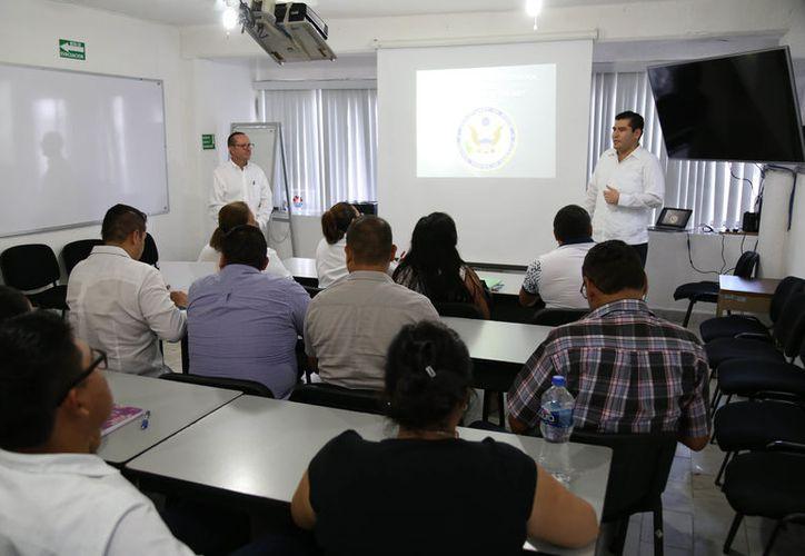 El cónsul de Estados Unidos de Norteamérica adscrito en Mérida impartió el taller. (Cortesía)