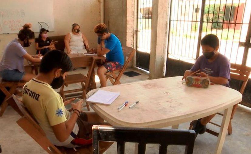 La profesora explicó que los estudiantes llevan su computadora o un teléfono inteligente para hacer su investigación o envíos de tareas. (Novedades Yucatán)
