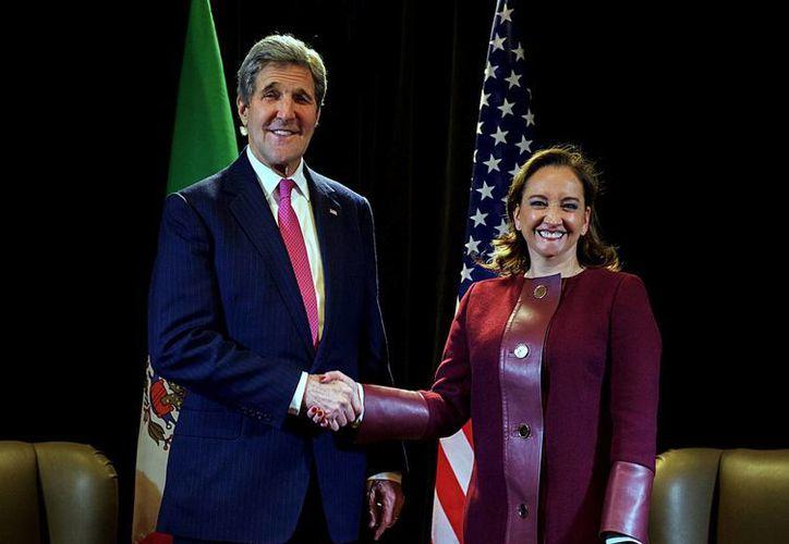 La Secretaria de Relaciones Exteriores, Claudia Ruiz Massieu, inició la mañana de este viernes una visita de trabajo a la provincia de Quebec, donde sostuvo una reunión con el secretario de Estado de Estados Unidos, John Kerry. (Notimex)