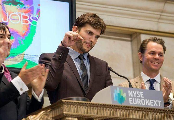 Ashton Kutcher no evitó lucir como todo un corredor de bolsa sosteniendo dos teléfonos a la vez, como si comprara acciones. (Agencias)