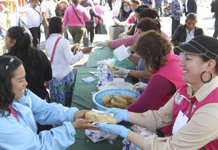 Desde las 10 de la mañana se repartieron 40 mil tamales en el Zócalo de la Ciudad de México. (Notimex)