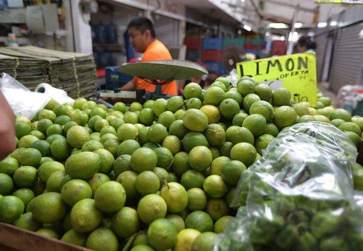 El limón fue uno de los productos que más aumentó de precio con la inflación. Imagen de contexto del mercado de Mérida.(Archivo/Notimex)