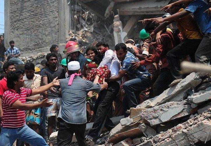 Equipos de rescatistas, la policía y el ejército se encuentran en el lugar para ayudar a las personas atrapadas bajo los ecombros. (nanduti.com.py)