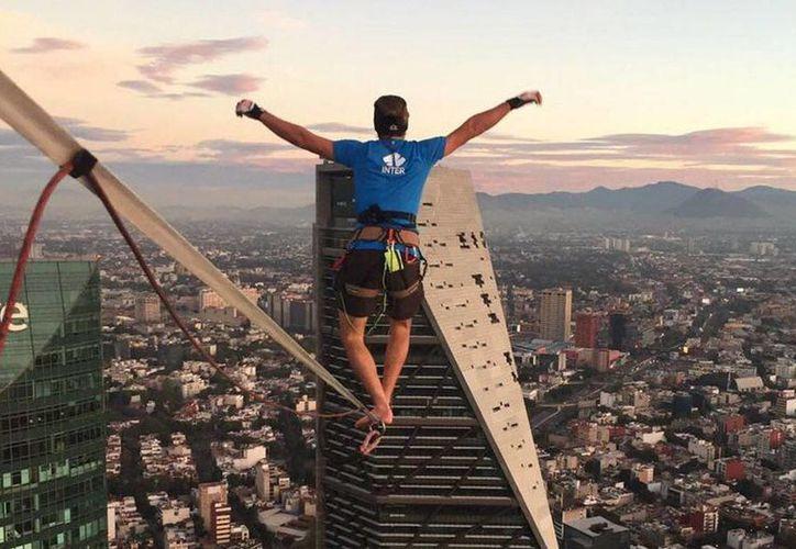 El alemán Alexander Schulz hizo una caminata sobre una cuerda a 247 metros de altua, de la Torre Bancomer a la Torre Reforma, en Paseo de la Reforma. (Notimex)