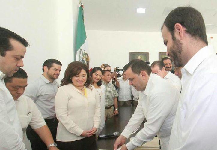 De manos del secretario de Gobierno, Roberto Rodríguez Asaf (d), Celia Rivas (i) recibió en el Congreso del Estado un paquete de 11 Iniciativas sobre seguridad pública en Yucatán. (Foto cortesía del Gobierno de Yucatán)