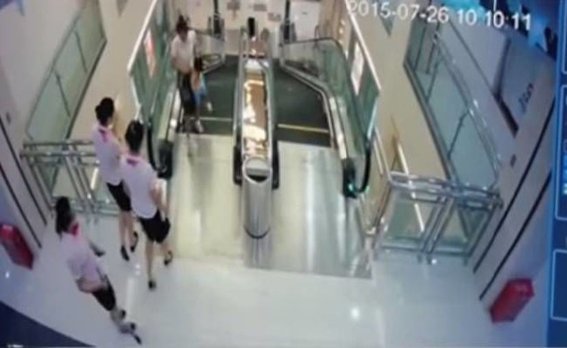 Una cámara de vigilancia captó el momento en que la mujer queda atrapada en la escalera  móvil de un centro comercial. (Captura de pantalla del video)