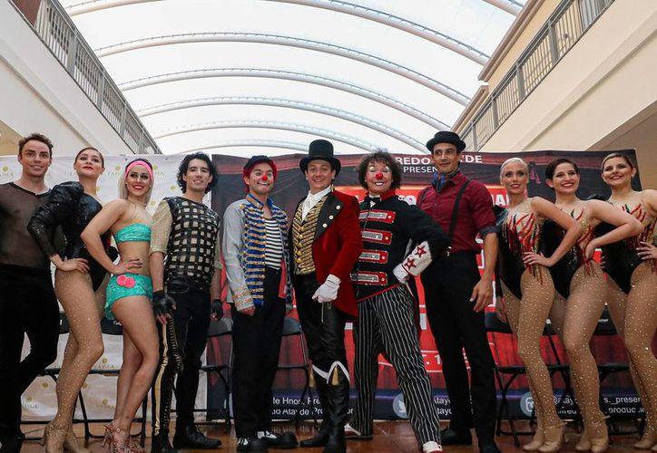 Malabares, baile y rutinas de comedia tomaron por sorpresa a los visitantes y empleados de plaza La Isla. (Foto: redes sociales)