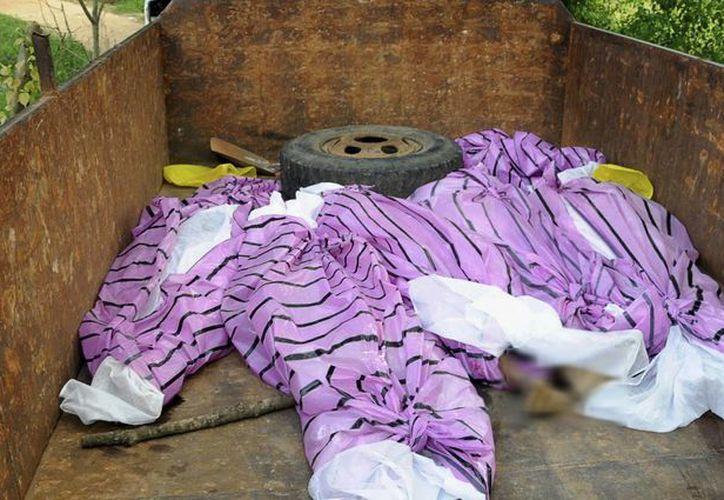 Los cuerpos de las mujeres asesinadas supestamente por practicar la brujería fueron colocados en un camión. (Agencias)