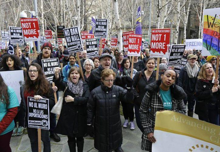 Manifestantes gritan 'Daniel libre' durante una manifestación, este viernes, fuera del tribunal federal en Seattle, donde se celebró una audiencia para Daniel Ramírez Medina. El joven fue arrestado por agentes de inmigración, a pesar de participar en el programa DACA. (AP/Ted S. Warren)