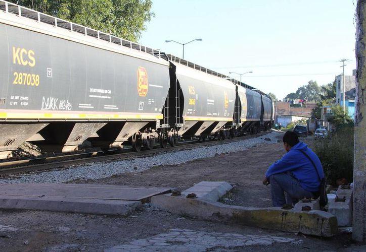 Fueron atacados con armas y machetes, algunos tuvieron que saltar del tren. (Notimex)