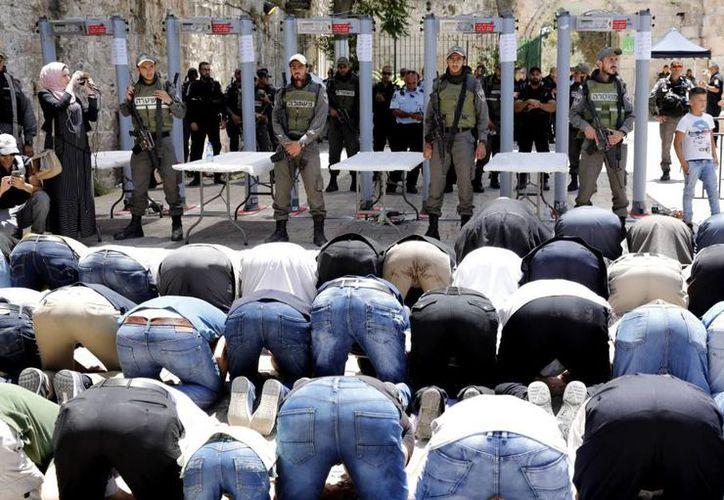 El domingo hubo incidentes cuando algunos fieles musulmanes trataron de impedir a otros que cruzaran las puertas. (AFP)