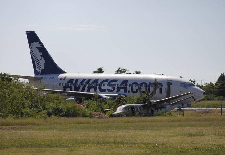 Elk avión de la empresa Aviacsa, se encuentra desde hace cuatro años en la terminal aérea de Chetumal. (Harold Alcocer/SIPSE)