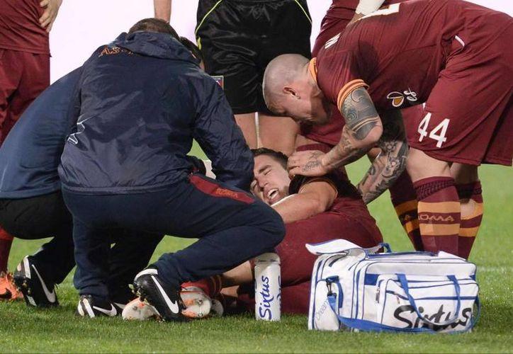 Kevin Strootman será operado de un desgarro en el ligamento cruzado anterior y daño del menisco en rodilla izquierda, que sufrió en el partido donde su equipo, La Roma, perdió 1-0 ante el Napoli, este domingo. (EFE)