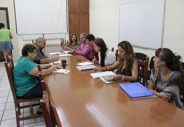 Autoridades revisaron el documento durante una reunión. (Tomás Álvarez/SIPSE)