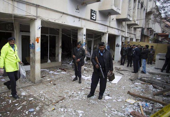 Fachada de la corte donde ocurrió el acto terrorista. Los agresores 'lanzaron granadas y comenzaron a disparar' dijo el jefe de la policía de Islamabad, Sikander Hayat. (Agencias)