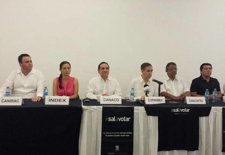 Imagen de la rueda de prensa para presentar la campaña de promoción al voto, estuvieron presentes los 14 dirigentes de las cámaras del Consejo Coordinador Empresarial. (Candelario Robles/SIPSE)