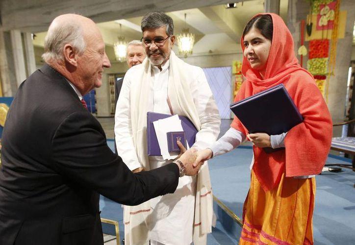 El Nobel de la Paz es uno de los galardones más importantes del planeta. En 2014 fue concedido a Malala Yousafzai y al activista indio Kailash Satyarthi, quienes en la imagen reciben la felicitación del Rey de Noruega. (Archivo/AP)