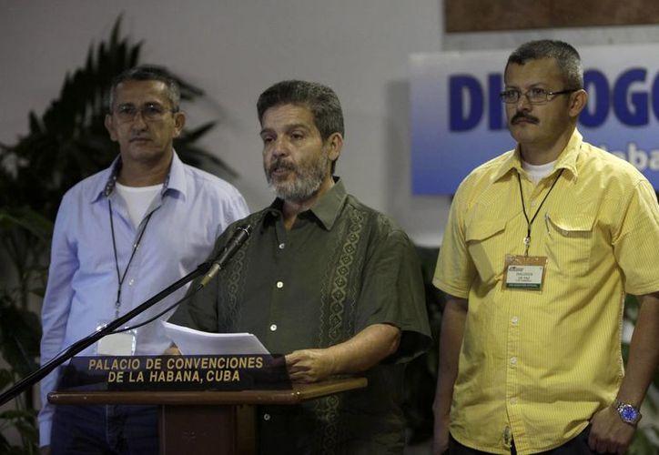 Marco León Calarcá miembro de FARC (c), habla con los periodistas acompañado de Yuri Camargo (der) y Rubén Zamora durante las conversaciones de paz con el gobierno de Colombia en La Habana, Cuba. (Agencias)