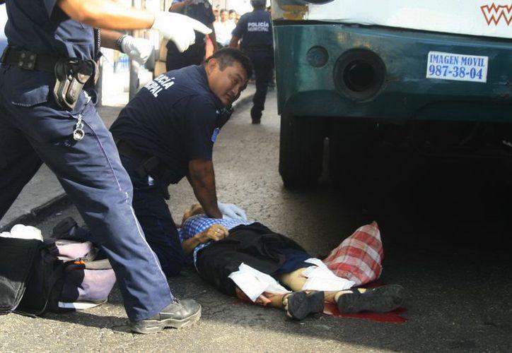 Inútilmente los paramédicos trataron de salvarle la vida a la mujer. (Jorge Sosa/SIPSE)