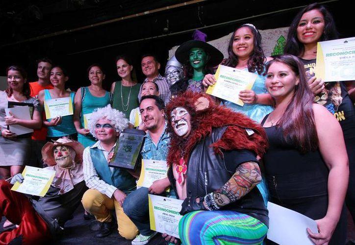 El elenco de la obra teatral 'El Mago' recibió un reconocimiento municipal. (Cortesía)