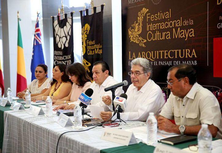 Rueda de prensa en la que se anunció el programa de actividades académicas del Festival Internacional de la Cultura Maya. (SIPSE)