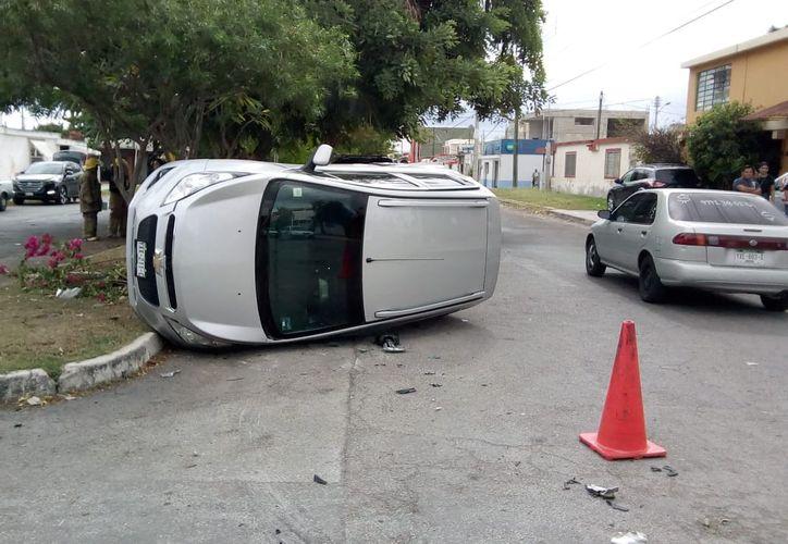 El conductor del Escort perdió el control del volante y volcó sobre su lado izquierdo. (Foto:Novedades Yucatán)