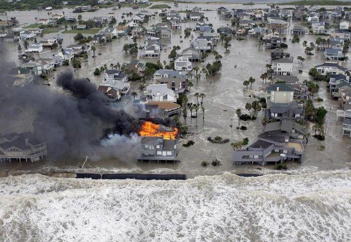 El huracán Ike entró en Estados Unidos el 13 de septiembre de 2008 con categoría 2. La zona más afectada fue el sureste de Texas. (AP/David J. Phillip)