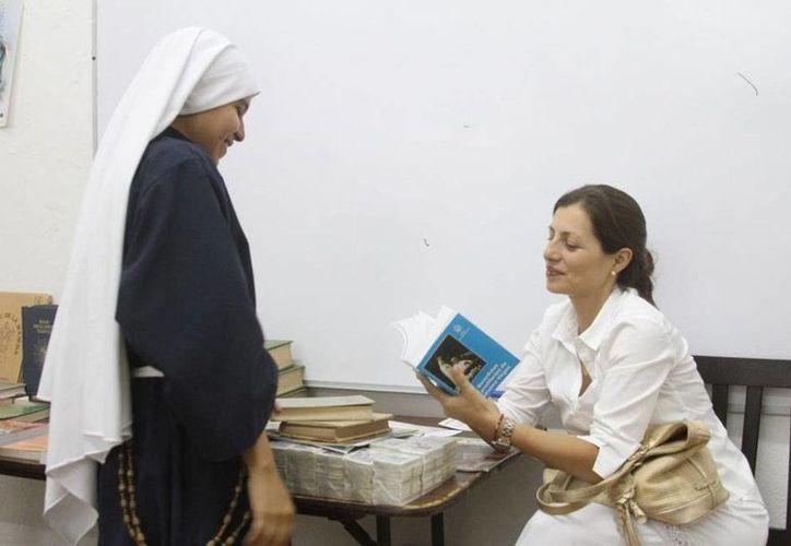 Aunque el fin de la tradicional verbena anual del Seminario Conciliar de San Ildefonso de Yucatán no es la recaudación de fondos, se aprovecha el espacio para la venta de libros religiosos, entre otras actividades. (César González/SIPSE)