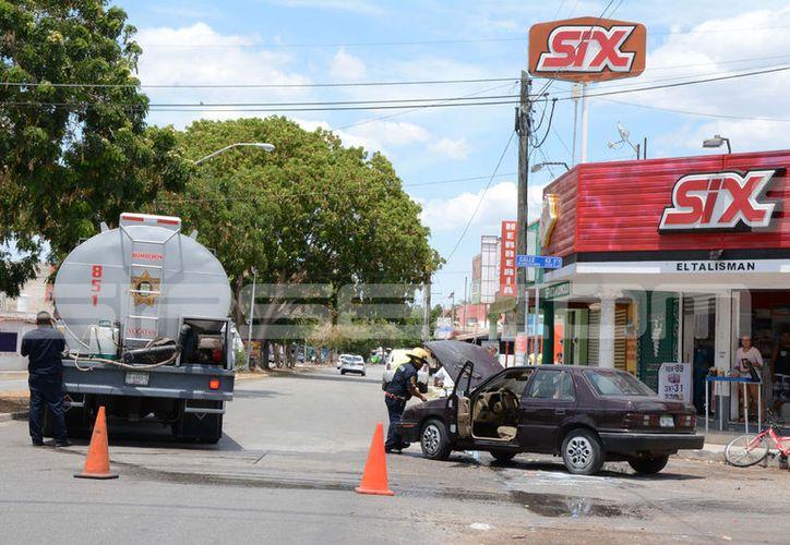 El accidente movilizó a los bomberos quienes llegaron para atender la situación. (SIPSE)
