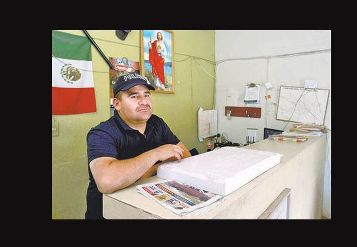 José de la Luz Rodríguez opera como director, comandante, chofer, administrativo, fuerza de reacción del municipio de Tepetongo. (Jorge González/Milenio)