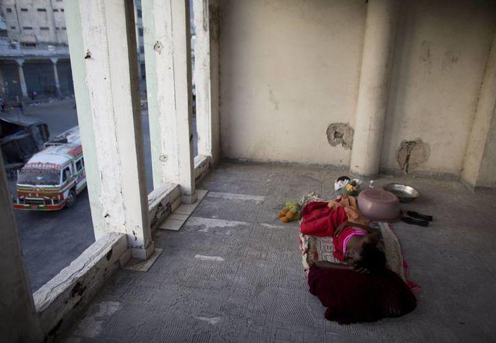 Una niña duerme en una habitación abierta de un edificio gubernamental dañado por el terremoto, en Puerto Príncipe, Haití. (AP Foto/Rebecca Blackwell)
