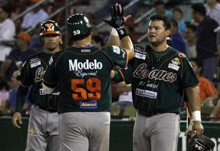 El 'Torito' Valenzuela bateó uno de los 5 bambinazos de los Leones. (SIPSE)