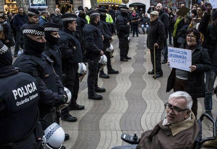 El presidente de la Generalidad, Carles Puigdemont, acusó al Gobierno central de recurrir a la fuerza. (Twitter: Splinter)