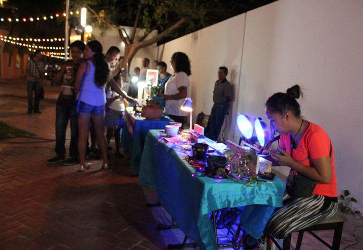 Algunos artesanos ofrecen productos hechos con materiales de la región. (Octavio Martínez/SIPSE)