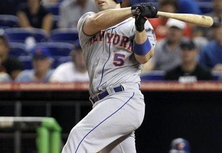 En esta fotografía del 2 de octubre de 2012, David Wright de los Mets de Nueva York conecta un batazo frente a los Marlins de Miami en esta ciudad. (Agencias)