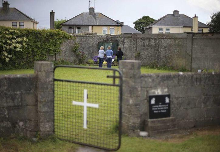Investigadores del gobierno de Irlanda anunciaron este viernes el descubrimiento de una fosa común con restos de bebés y niños pequeños en un antiguo asilo católico para huérfanos en el condado de Galway. (Niall Carson/PA via AP, File)