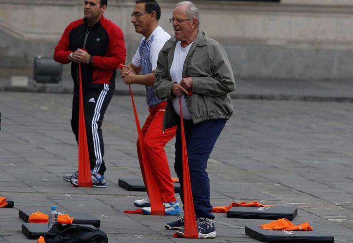 Pedro Pablo Kuczynski se propone mantener esta rutina cada semana en el patio del palacio presidencial en Lima, Perú. (Reuters)