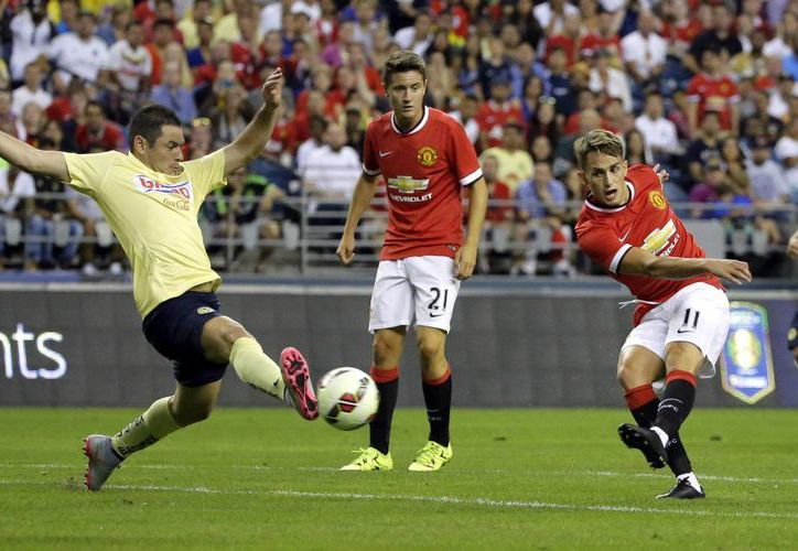 Manchester United venció 1 a 0 al América en partido correspondiente a la international champions cup. En la foto Adnan Januzaj hace un disparo ante la marca de Pablo Aguilar.(AP)