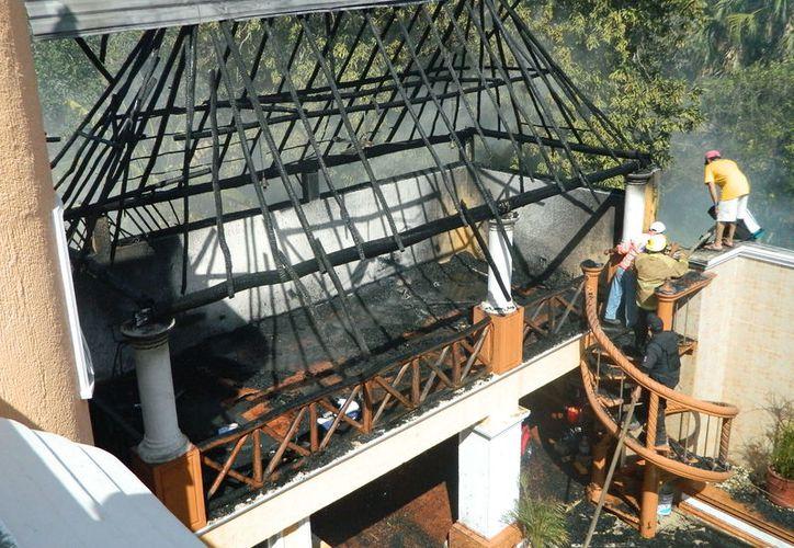 Un par de techos de huano que protegían parte de la casa del líder de PRD en Tekax ardieron en un incendio ocasionado por un vecino que quemdaba basura. (SIPSE)