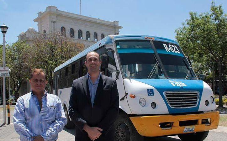 Rogelio Quirarte Martín del Campo y Alfonso Hernández Olmos, frente al prototipo de autobús eléctrico que desarrollaron. (www.conacytprensa.mx/)