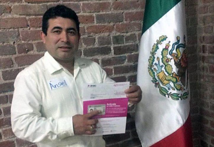Ángel Granados Ontiveros, presidente de la Federación de Yucatecos del Norte de California, apoya campaña de credencialización para que yucatecos en el extranjero pueden votar en 2018. (Milenio Novedades)