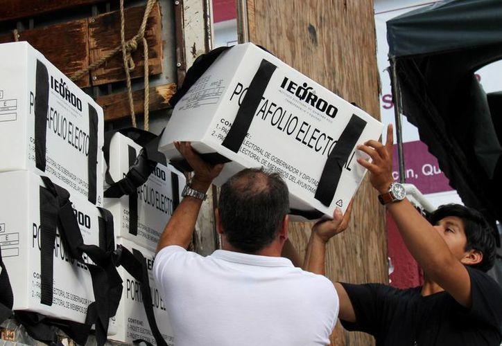 Los primeros paquetes de material electoral fueron almacenados en el Distrito 08 ayer. (Jesús Tijerina/SIPSE)