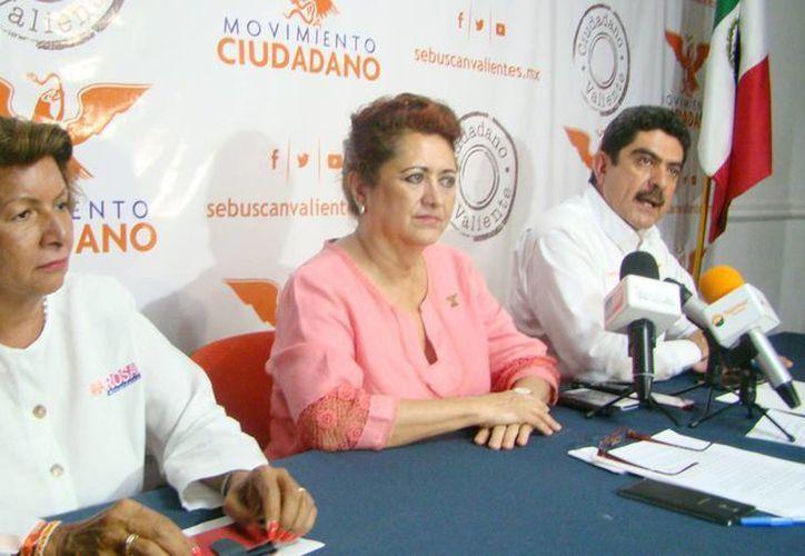Ana Rosa Payán, candidata de Movimiento Ciudadano a la alcaldía de Mérida; Silvia López Escoffié, presidenta estatal del partido, y Manuel Espino Barrientos, candidato a diputado federal, en conferencia de prensa en Mérida. (SIPSE)