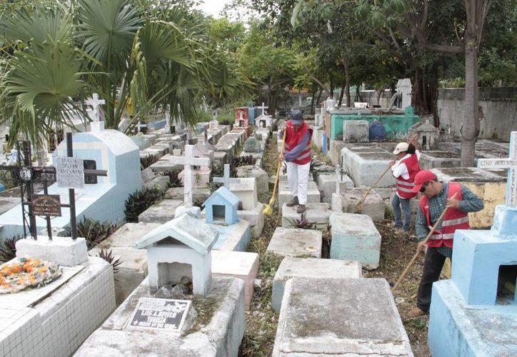 Los trabajadores de Servicios Públicos retiraron la basura del camposanto. (Tomás Álvarez/SIPSE)